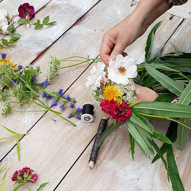 Blomstertråd, stickmassa och redskap för binderi