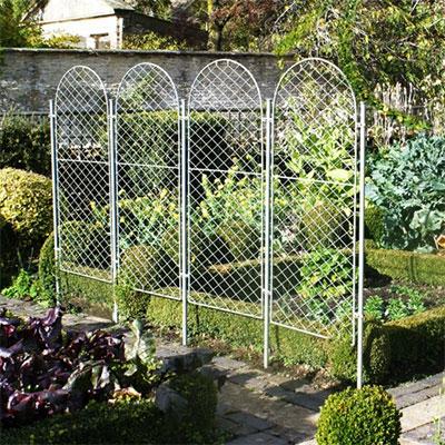 Skärmar i smide som växtstöd och avskärmning i trädgården